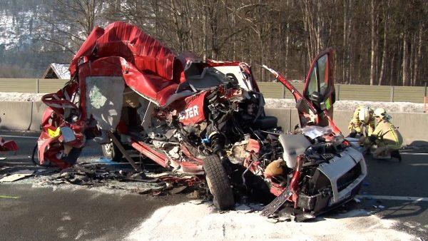 Fahrer überlebt Unfall, der halbes Auto zerfetzt