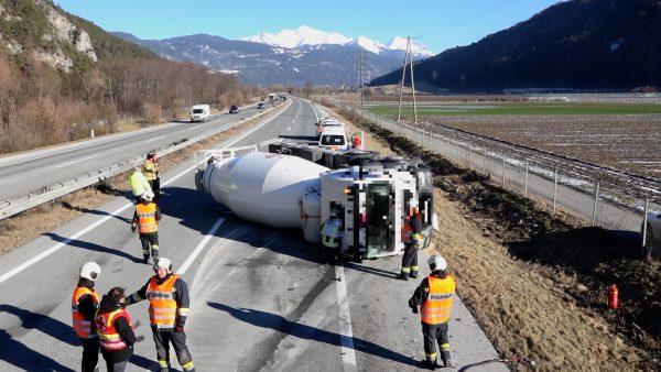 Betonmischer liegt auf Autobahn