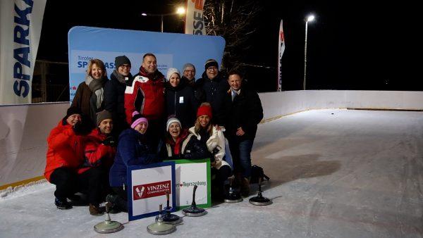 Über 70 Medienvertreter beweisen ihr Können beim Eisstockschießen für den guten Zweck