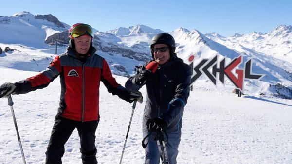 Ja, das ist unser Land: Hubsi schnallt sich die Skier in Ischgl an