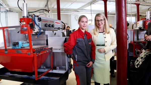 Ministerin Margarete Schramböck zu Besuch in der Thöni Akademie Telfs
