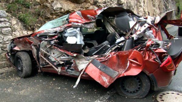 Felsbrocken trifft Auto: 49-jährige Frau tot