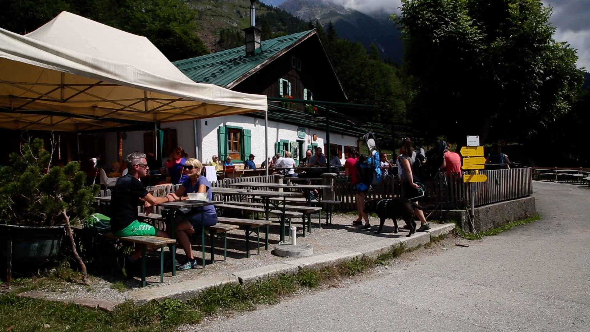 Geheimnisse des Tourismus: Mit der Familie auf dem Berg arbeiten
