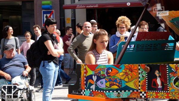 Ein farbiges Klavier mitten auf der Straße in Innsbruck