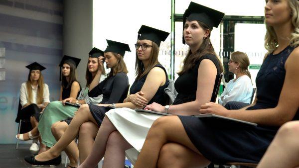 UMIT TIROL verteilt Abschlussurkunden an Absolventen