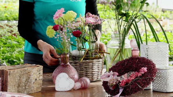 Tirol blüht auf - Das Reagenzglas im Blumengesteck